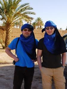 Reisende mit blauen Tüchern