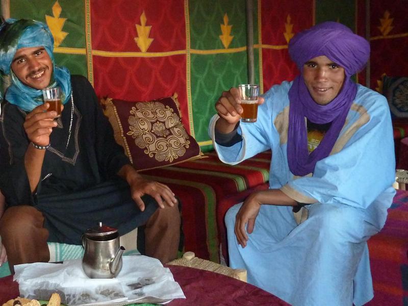 Warum nach Marokko reisen? Tee in der Wüste