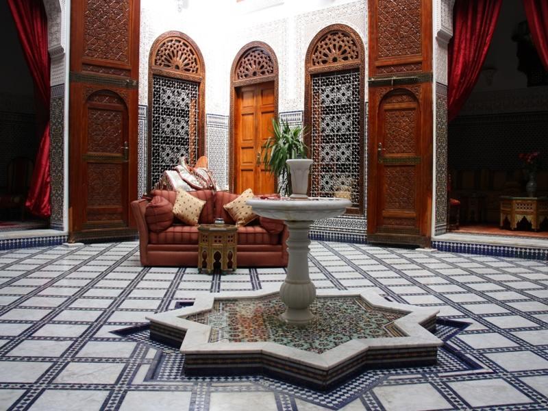 Innenhof mit Brunnen in Riad bei Marokko Reise