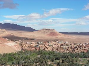 Marokko-atemberaubende-Landschaft-Stadt-mit-Berg