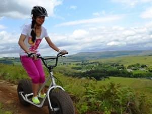 Mädchen bei der Rollertour in den Drakensbergen