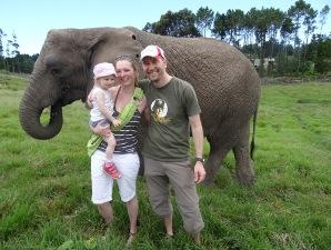 Reisende mit Elefant in Südafrika