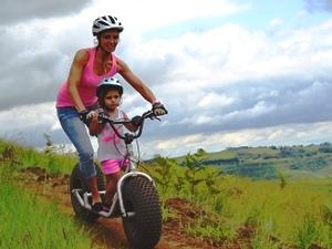 Südafrika Rundreise mit Kindern Mutter und Tochter auf Rollertour in den Drakensbergen
