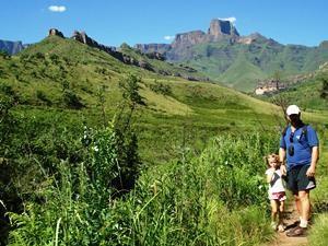 Südafrika Rundreise: Vater und Tochter in den Drakensbergen