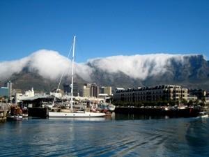 Südafrika Rundreise mit Kindern: Waterfront in Kapstadt mit dem Tafelberg im Hintergrund