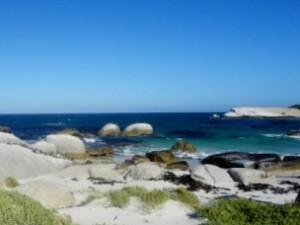 Himmel und Meer vor Steinküste