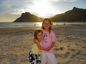 Reisende Kinder am Strand von Hout Bay