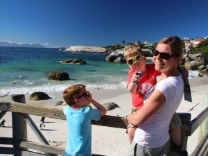 Familie bei Hout Bay am Pinguinstrand