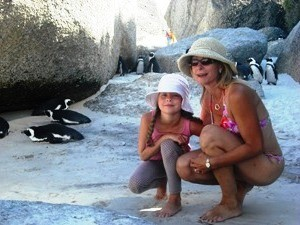 Mutter und Kind am Boulders Beach mit Pinguinen