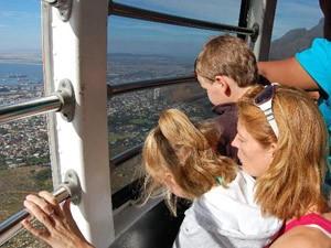 Garden Route mit Kindern: Kinder in der Kabelbahn auf dem Weg zum Tafelberg