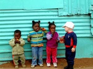 Garden Route mit Kindern: Begegnung zwischen einem reisenden und einheimischen Kindern