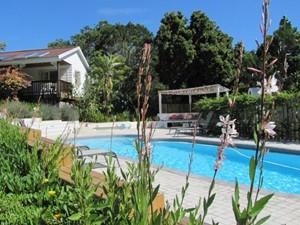 3 Wochen Südafrika: Pool einer Unterkunft in Knysna