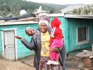 Xhosa Gude der Townshiptour in Knysna mit zwei kleinen Kindern