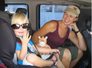 Mutter und Kind im Mietwagen