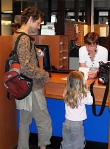 Familie beim Bürgerbüro, um einen Reisepass zu beantragen