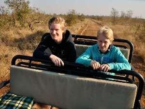 Jungs im Jeep auf Safari