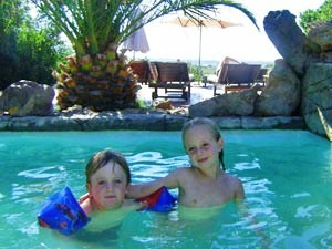 Safari mit Kindern: Auszeit im Pool in der Lodge in Albertinia