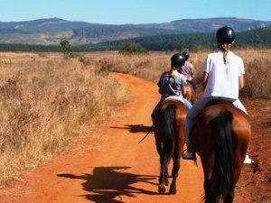 Kinder beim Reitausflug im Swaziland