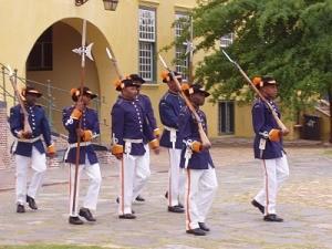 Südafrika Garden Route: Soldaten beim Schichtwechsel im Castle of Good Hope
