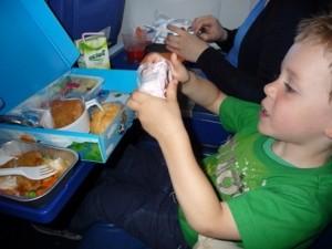 Kind beim Essen im Flugzeug