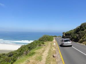 Südafrika malariafrei: Mietwagen fährt entlang der Küste
