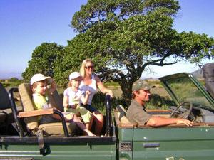 Südafrika malariafrei Familie mit Ranger im Auto