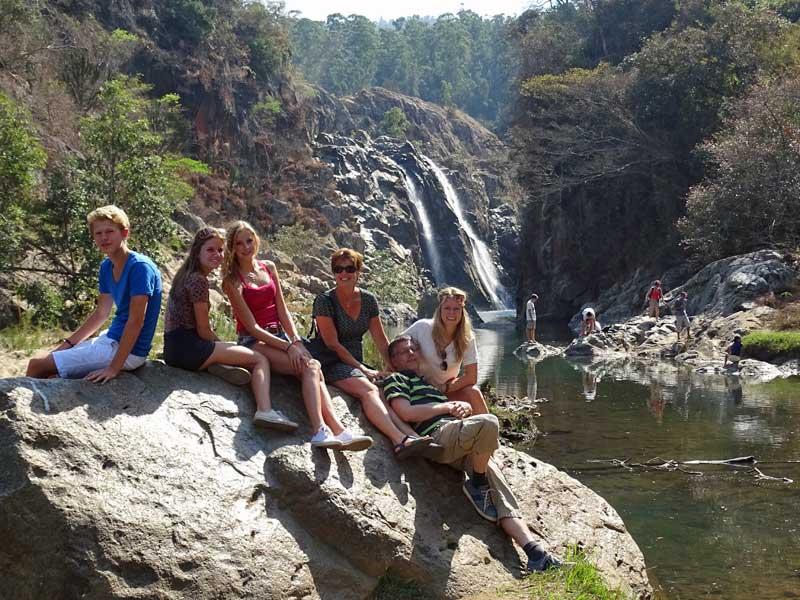 Familie am Wasserfall entlang der Panoramaroute