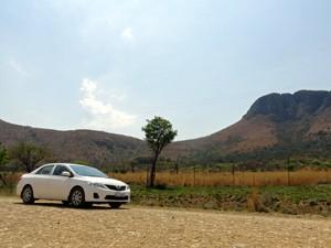 3 Wochen Südafrika: Auto vor südafrikanischer Landschaft