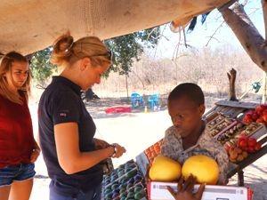 Südafrika Rundreise: Reisende beim Kauf von Obst auf der Straße