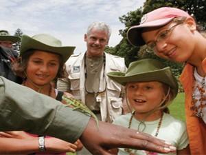 Entabeni Game Reserve: Reisende, die eine kleine Echse beobachten