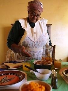 Südafrikanerin beim Kochen einheimischer Gerichte