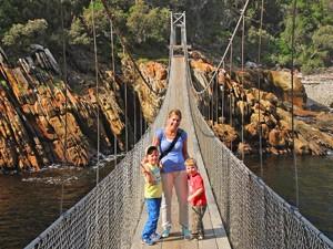 Garden Route mit Kindern: Famlie auf der Hängebrücke im Tsitsikamma Nationalpark