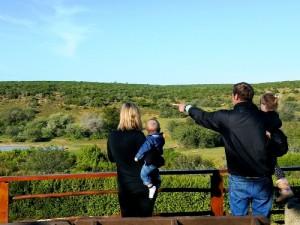 Familie im Addo Elephant Park auf der Suche nach Tieren
