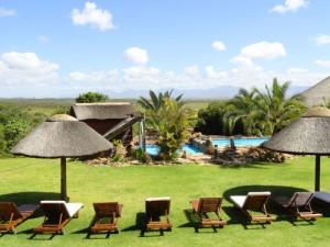 Südafrika malariafrei: Ausblick auf den Pool der Safarilodge in Albertinia