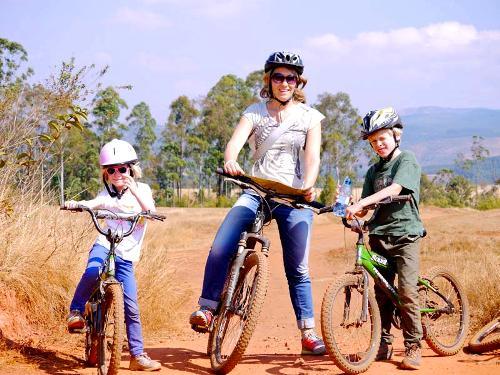 Mutter mit Ihren Kindern auf der Fahrradtour im Swaziland
