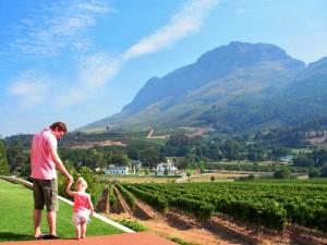 Südafrika Rundreise mit Kindern: Vater und Tochter in den Weinbergen
