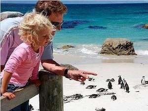 Vater und Tochter am Strand von Hout Bay