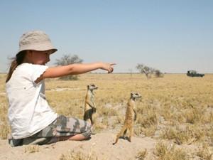 Südafrika Garden Route: Kind mit Erdmännchen