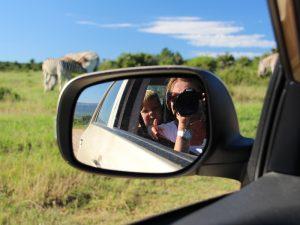 Kinder und Zebras in Südafrika