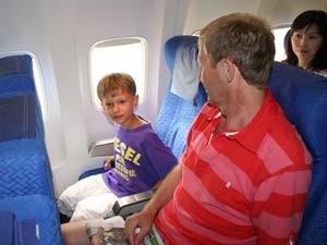 Familie im Flugzeug nach Malaysia