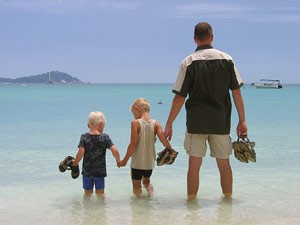 Familienreise am Strand in Malaysia