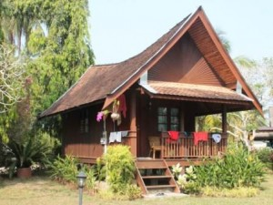 Holzbungalows im Kampung in Malaysia
