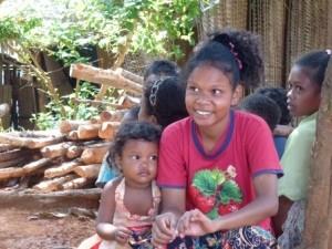 Zwei lachende Mädchen im Dorf