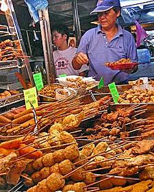 Essensstände auf einem Markt in Melaka