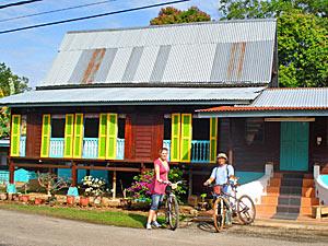Familie bei Fahrradtour in Melaka
