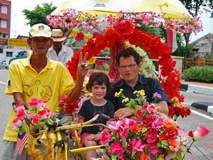 Familie auf einer Rikscha in Melaka