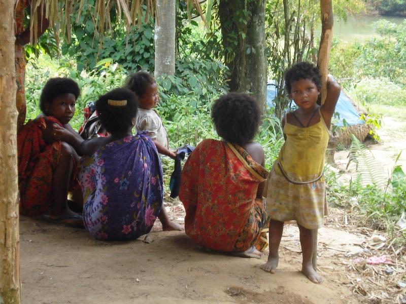 Kinder im Dschungeldorf