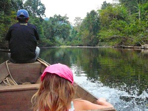 Familie im Boot im Taman Negara Nationalpark