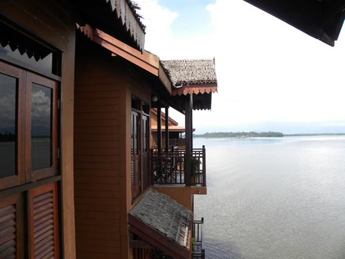 Balkon in der Wasservilla in Bukit Merah