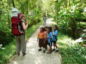 Familie im Regenwald auf Bali